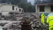 四川阿坝遭遇暴雨多条道路中断 大货车直接被卷入泥石流