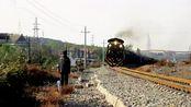 醉汉把百斤重大石推上铁轨,79岁老人一路狂奔救下一列火车