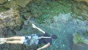 阿琪跟大家分享家乡湖景,湖水清澈见底,冬暖夏凉,游泳超过瘾