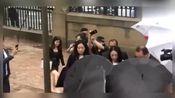 董璇再次出席,高云翔性侵案庭审,获黑伞摆阵护驾,仅露美腿!
