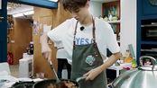 王俊凯做糖醋排骨为这道菜严格把关,为顾客提供最好的味道!