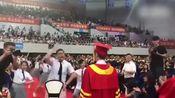 太可爱!高校毕业生在校长面前尬舞 恭喜学长C位毕业
