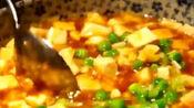 老外品尝中国美食,麻婆豆腐刚上桌吃一半,看到后面的美食快哭了