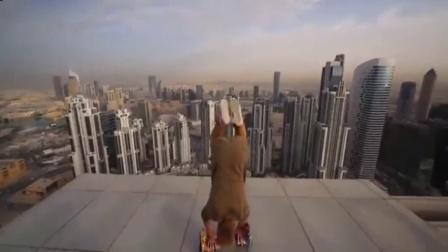 小伙摩天大楼顶边缘做出高难度玩悬浮滑板动作