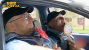爆笑警察恶作剧:骗小孩巧克力偷小孩糖吃,欠打的样子又贱又好笑
