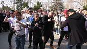 没有最尴尬 只有更尴尬!火爆朋友圈的郑州人民公园尬舞