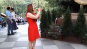 香港辣妈在街头翻唱《西海情歌》,豪放的嗓音,唱出不一样的感觉