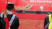 毕业典礼突然下起了大雨,校长和老师全程淋雨,伞都给了台下的毕业生!