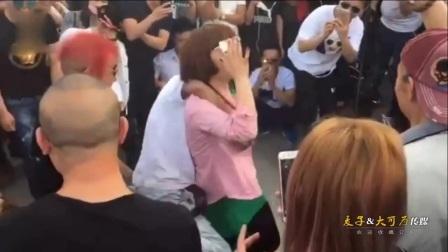 郑州人民公园尬舞被叫停 两拨人马辗转多个公园继续表演