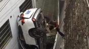 司机酒后驾车太惨了,掉进几十米缝隙里还好人没事,这回应该记住教训了吧?