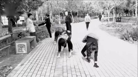 """郑州人民公园尬舞被叫停  新玩法""""丧尸爬""""正流行"""