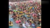 一群人在水乐园冲浪,发现不对劲还不赶紧跑,真是刺激!