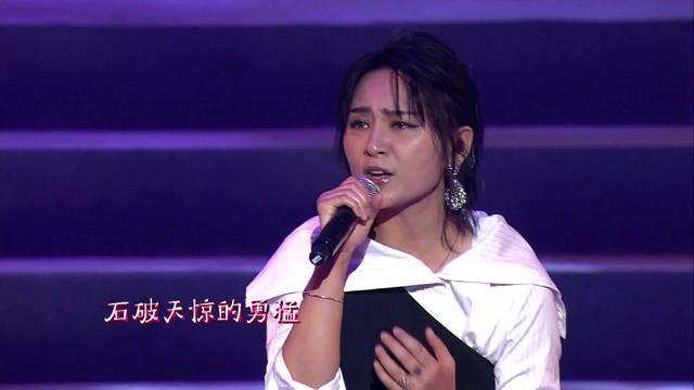 周笔畅出席香港回归20周年晚会,暗黑系性感妆容惊艳四方