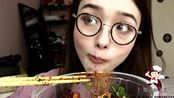 上海吃播:阿尤吃杨国福麻辣烫,放6罐辣椒酱,呛得流鼻涕