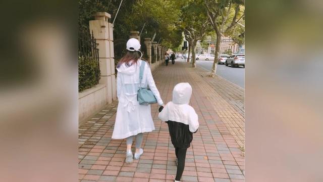 雷佳音老婆首晒女儿 五岁小可爱继承大长腿基因