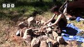 女孩崇拜贝爷,一个人走进森林露营过夜,搭帐篷生活煮饭有模有样
