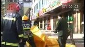 共度晨光-20121022-青海西宁:男子挟子跳楼.消防成功施救