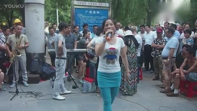 民间歌手街头深情献唱一首《高原兰》好听,歌声不输专业歌手