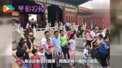 故宫偶遇刘烨   抱着孩子和游客合照 背后原因让人感动