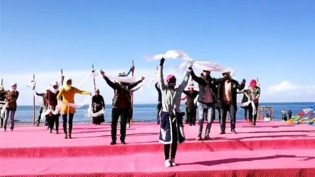 美丽的青海湖边,跳起欢快的藏舞!