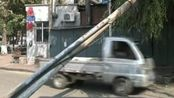 电线杆将坍太危险,城管:需要6个部门确定才能扶正