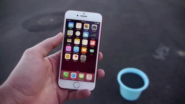 红色 iPhone 7放到一盆点燃的黑火药中,结果会怎...