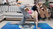 小姐姐一个人在家里练瑜伽,看到这样优美的姿势,真的是太让人心动了!