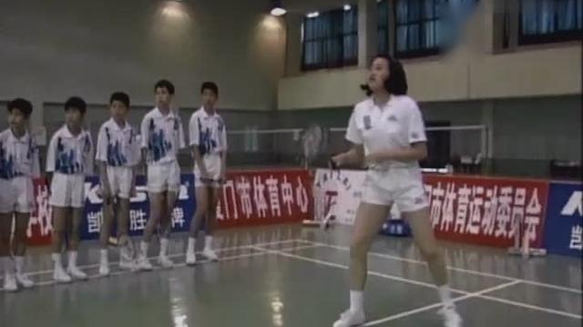 大学体育教程: 羽毛球后场反手击高远球