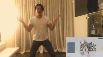 《守望先锋》的配音演员们模仿游戏中的跳舞动作